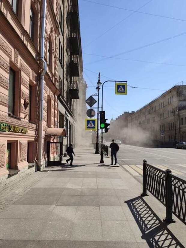 На Кирочной в центре Петербурга обрушились балконы: фото