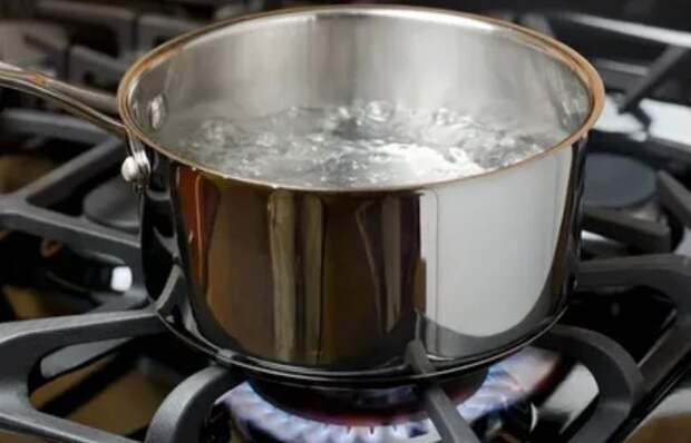 Окуните орехи в кипяток на 30 минут, чтобы легче удалить скорлупу / Фото: vzsar.ru