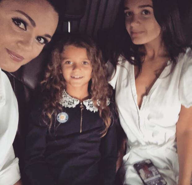 слава с дочерьми