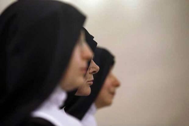 Священник обокрал монахинь, чтобы оплатить секс с геем...