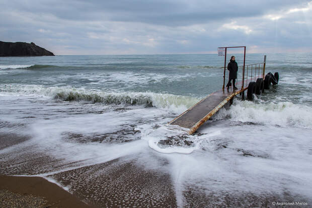 На фото: зимнее море в бухте Провато (пос. Орджоникидзе).