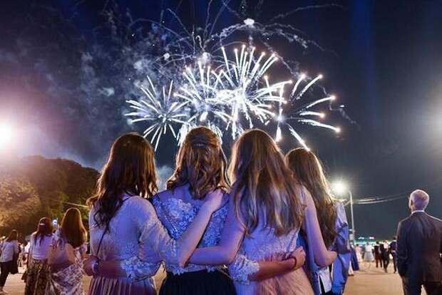 Кравцов сообщил, как планируют проводить школьные выпускные