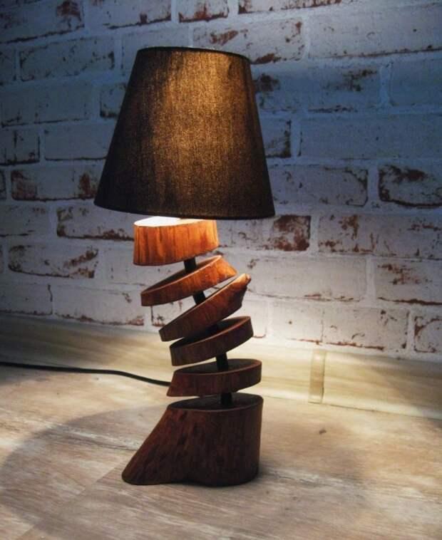 Весьма необычный светильник, сделанный из дубовых срубов небольшого диаметра, станет уникальной деталью загородного дома.