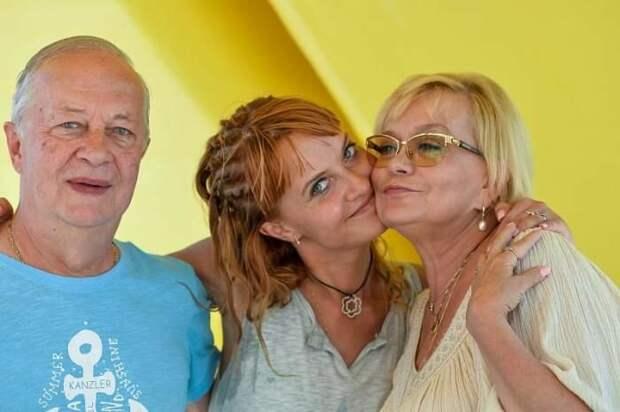Александр Афанасьев, Ирина Шевчук и их дочь Александра в программе «Пока все дома»