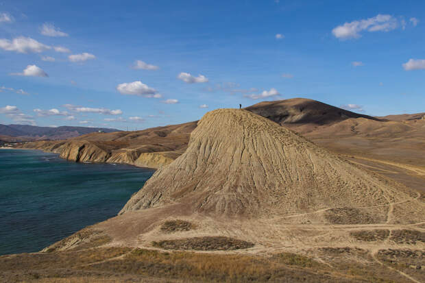 На фото: на берегу Мёртвой бухты близ Коктебеля.