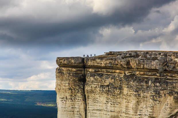 На фото: туристы на вершине Белой скалы.