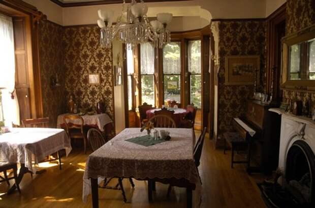 Уютная столовая в готическом стиле фото