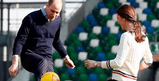 Герцоги Кэтрин и Уильям сыграли c детьми в футбол
