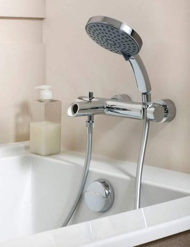 Насадку для душа нужно промывать в воде с содой раз в неделю. / Фото: vannayasovety.ru