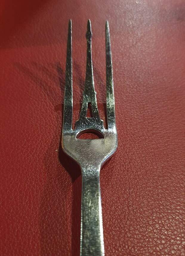 Такие вилки подают в ресторане на Эйфелевой башне