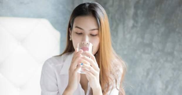 Китайская уборщицы выпила стакан воды изунитаза, чтобы порадовать шефа, истала известной