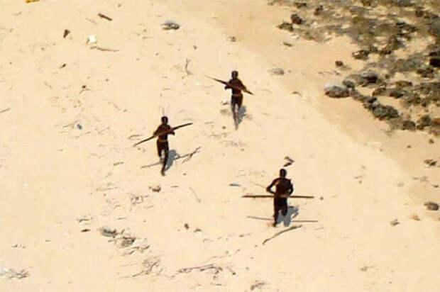 Вертолёт, присланный проверить, выжили ли сентинентальцы после цунами 2004 года, был встречен градом стрел. Кадр из архива.