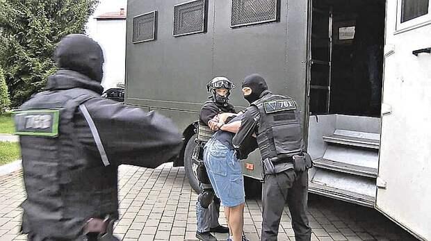 Когда белорусские спецслужбы задерживали россиян, те даже не подозревали, что их для этой картинки и заманили в Минск. Кадр видеосъемки.