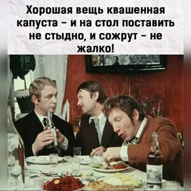 Сидит расстроенный Гога у здания Союза художников Грузинской ССР...