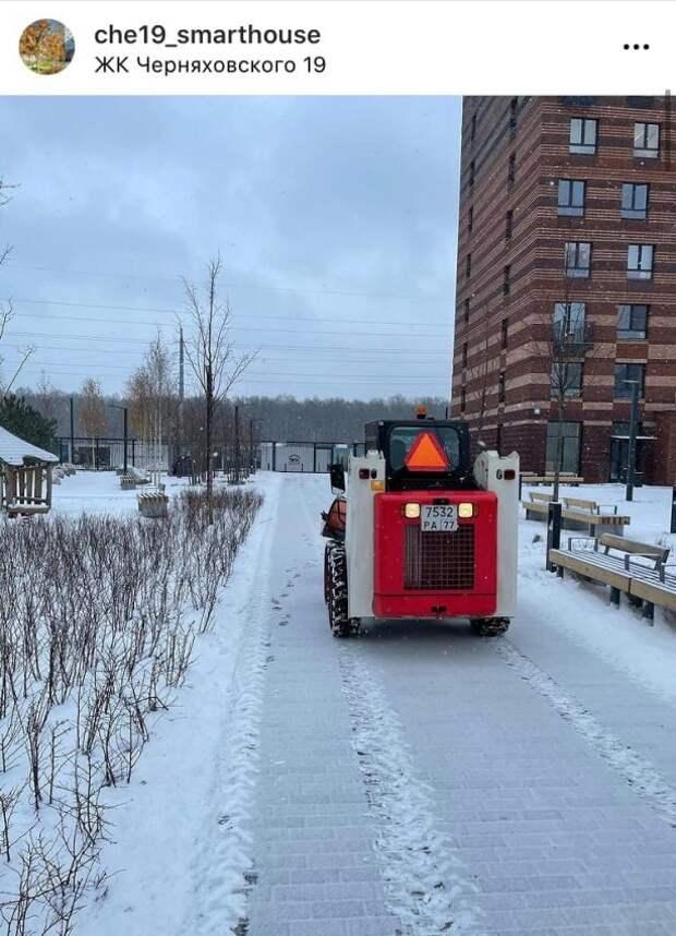 Фото дня: уборка снега во дворе на Черняховского