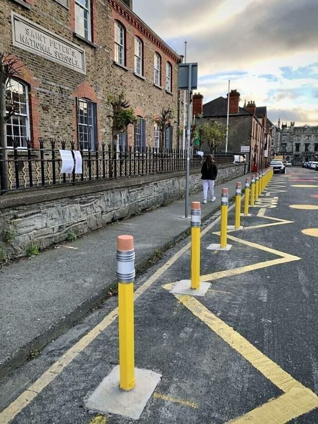 Столбики вокруг школы в Ирландии в виде карандашей