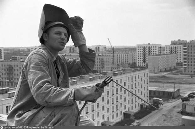 Фото дня: строительство домов на Полярной полвека назад