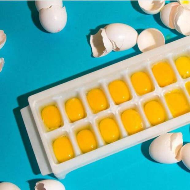 Замораживаем сырые яйца.   Фото: Pinterest.