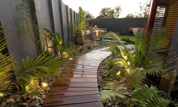 Деревянная дорожка, как элемент декора оставляет свой неповторимый след в общей гамме садового участка.