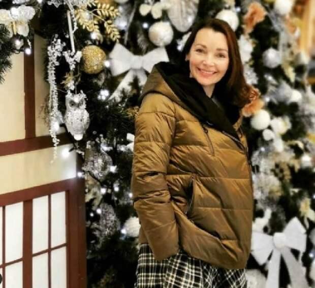 """""""Высокий, нежный бисквит и сочный мандарин"""": Наталия Антонова поделилась новогодним рецептом пирога"""