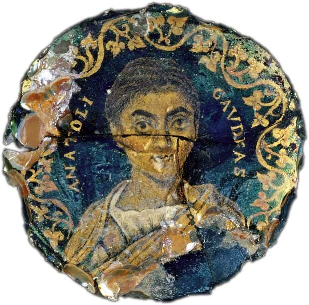 Как древние римляне рисовали золотом на донышках стеклянных стаканов