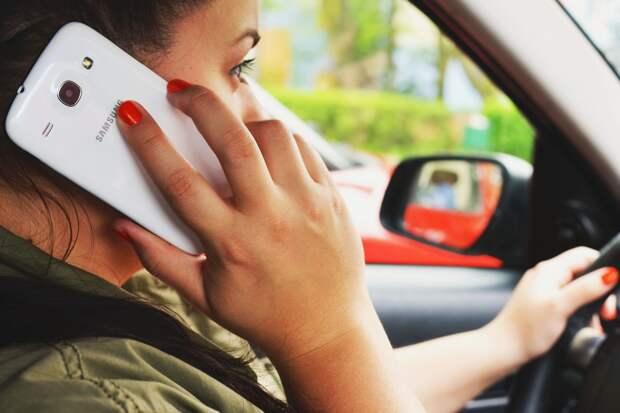 В ГИБДД рассказали, когда водитель может говорить по телефону за рулем