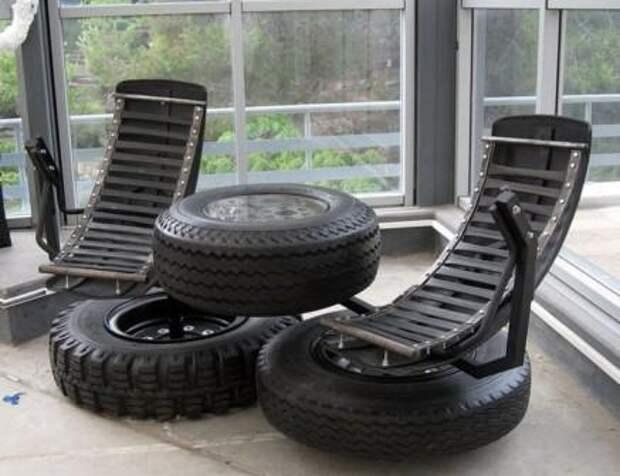 Мебель из шин может смотреться креативно и стильно. Обратите внимание, как сделан комплект из кресла и журнального столика.