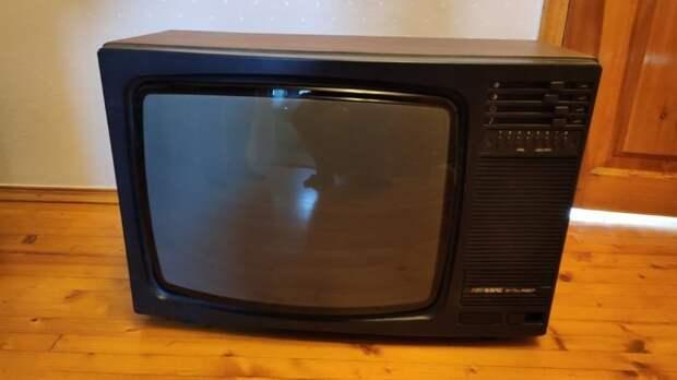 Мужчине достался в наследство старый телевизор. Он удивил всех, преобразив его