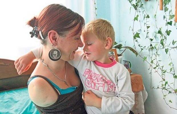 35-летняя женщина, одна и без рук воспитывает двух детей без рук, в мире, жизнь, люди, сила воли