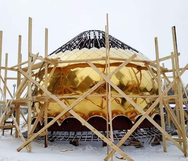 В Ростокине на Кирилло-Мефодиевский храм устанавливают купола