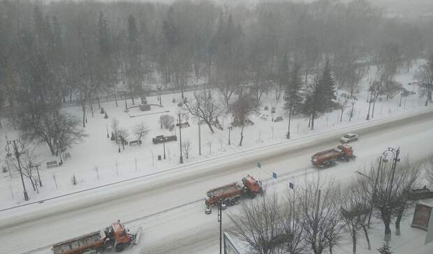 Сотни машин вышли на уборку снега в Тюмени
