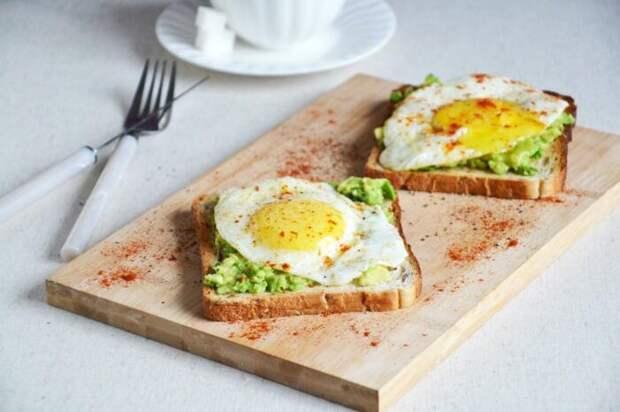 Гренки с авокадо и яйцом. \ Фото: google.com.