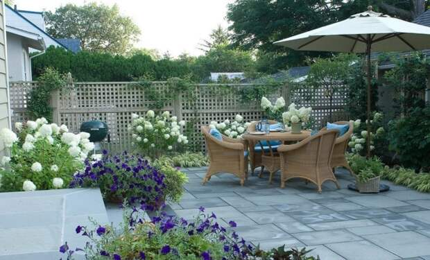 Важно чтобы все элементы садового участка находились в гармоничном цветовом сочетании.