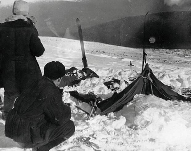 Поисковики, обнаружившие разрезанную палатку.
