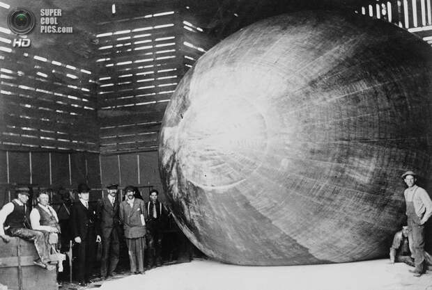 США. Хаммондспорт, Нью-Йорк. 1907 год. Томас Скотт Болдуин (второй слева) со своей командой. Болдуин стал первым американцем, спустившимся с воздушного шара на парашюте. (Library of Congress)