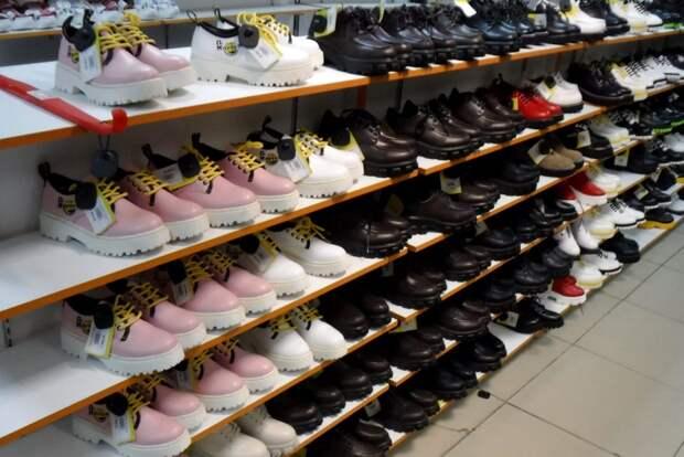 В Иркутске таможенники изъяли из продажи больше 40 тысяч пар обуви без маркировки