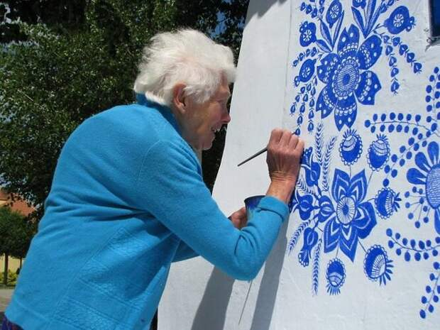 Эта 90-летняя бабушка каждый год расписывает дома жителей своей деревни