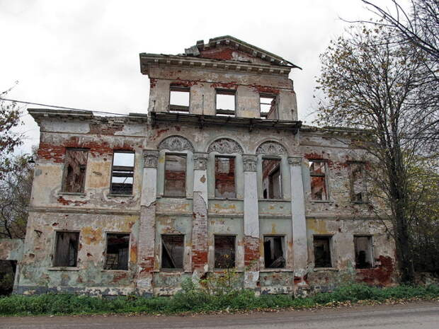 Разрушающаяся имперская усадьба. | Фото: deni-spiri.livejournal.com.
