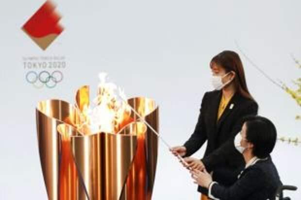 Участник эстафеты олимпийского огня пробежал с погасшим факелом