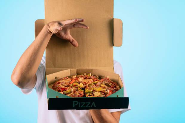 В Москве два голодных американца украли пиццу у курьера
