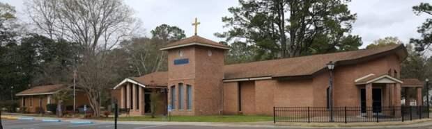 Порочного священника арестовали засекс сдвумя женщинами нацерковном алтаре