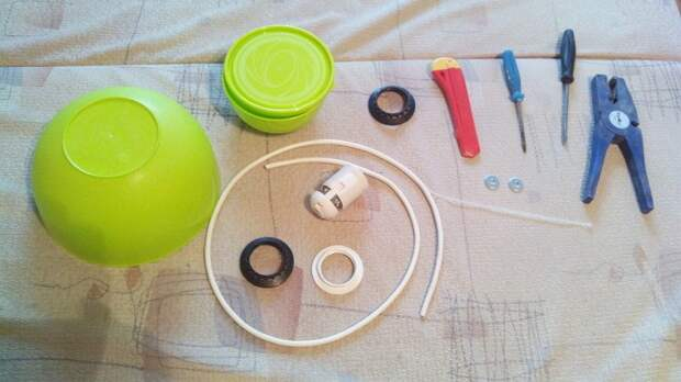 Люстра в тон кухни из двух пластиковых мисок 1