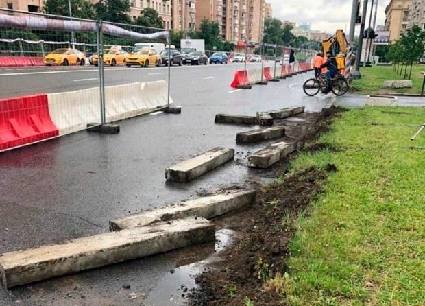 В Москве поменяли новые бордюры на новые
