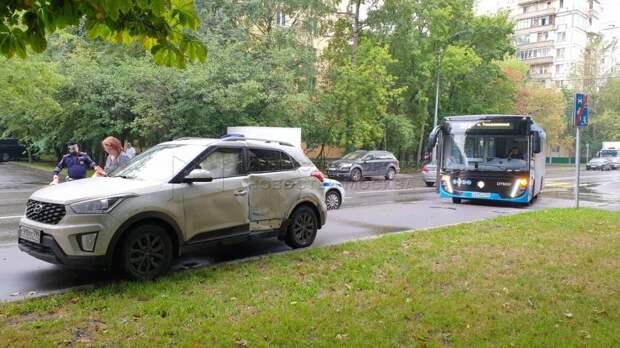 В Красностуденческом проезде автобус «вытолкнул» авто на тротуар