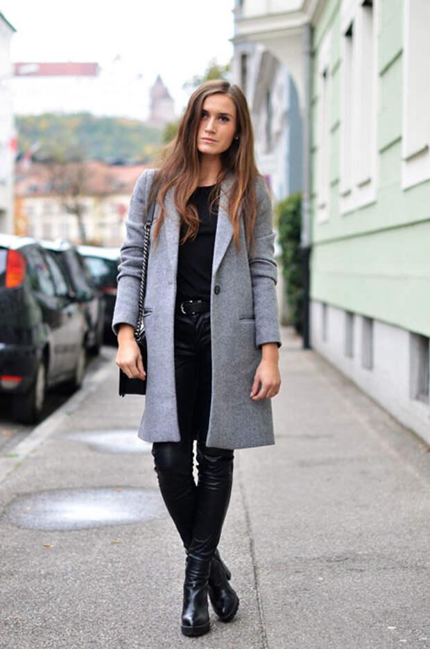 Девушка в прямом светло-сером пальто