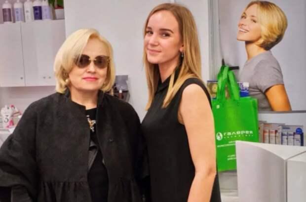 Без локонов, бантов и яркого макияжа: как выглядит в жизни Надежда Кадышева