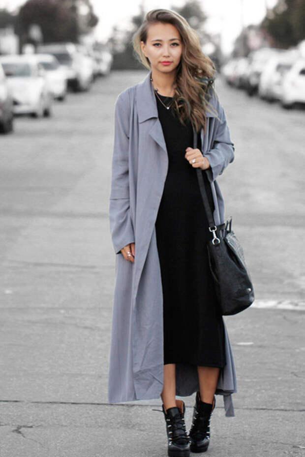 Девушка в светлом сером макси пальто