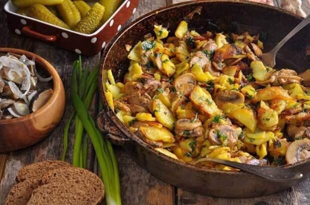 Шампиньоны с картошкой на сковороде
