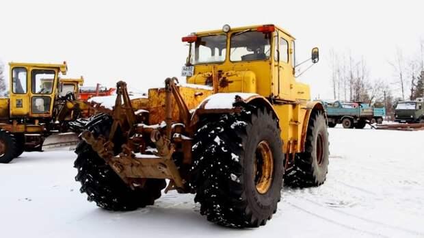 Трактор Кировец в условиях жесткой снежной зимы: опасная работа на видео