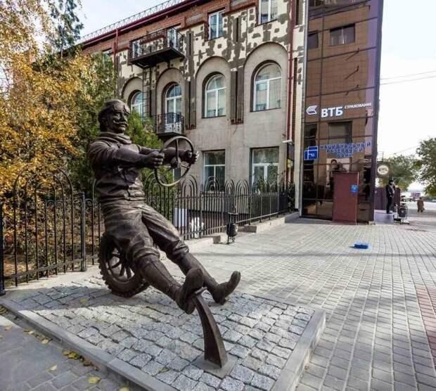 Это памятник автомобилисту в Волгограде